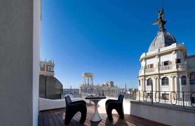 шикарный вид на достопримечательности Мадрида с террасы отеля