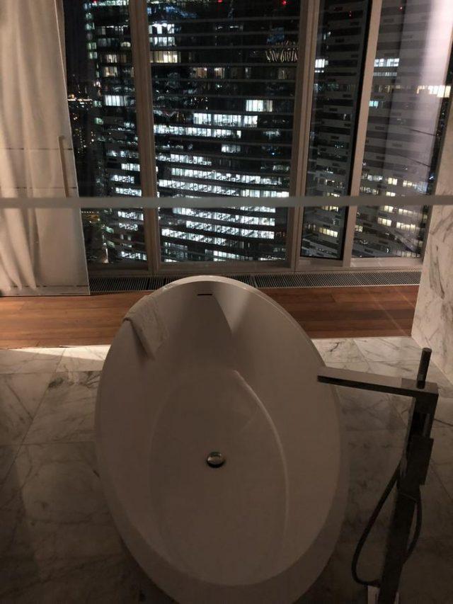 ванная у окна в пол с красивым видом на Москву