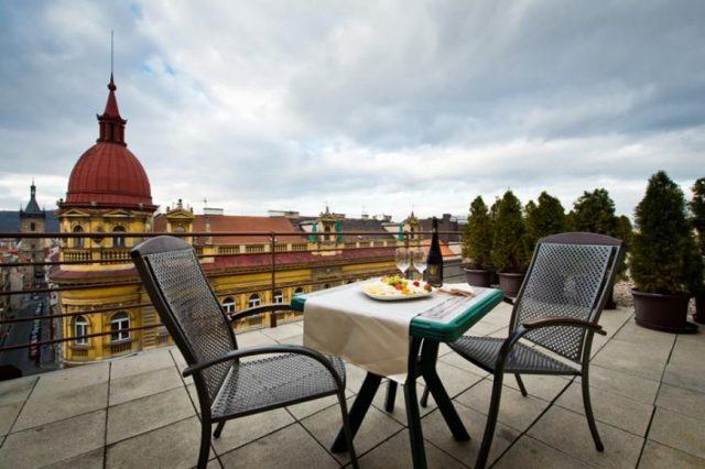 красивый вид с террасы отеля на Прагу и достопримечательности