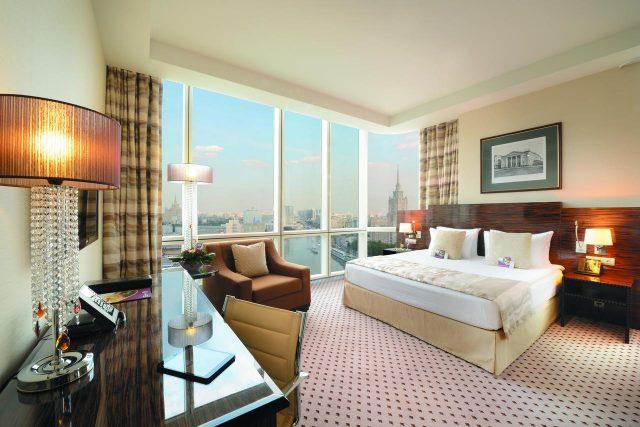 панорамный вид на Москву в номере для молодоженов в отеле Краун Плаза