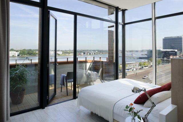 впечатляющий вид из панорамного окна на Амстердам