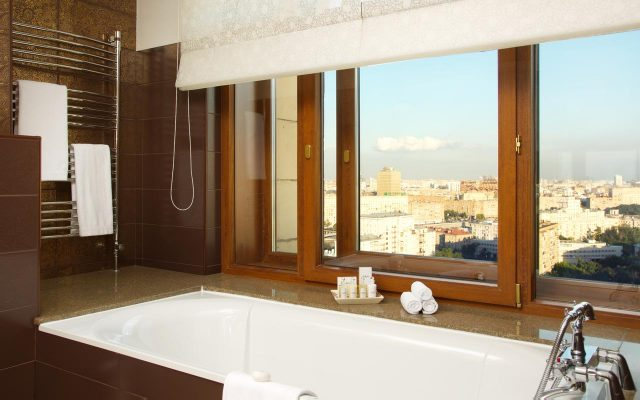 шикарный вид на Москву из ванной номера для новобрачных