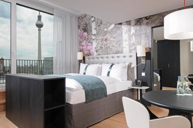 красивый вид из номера отеля на достопримечательности Берлина