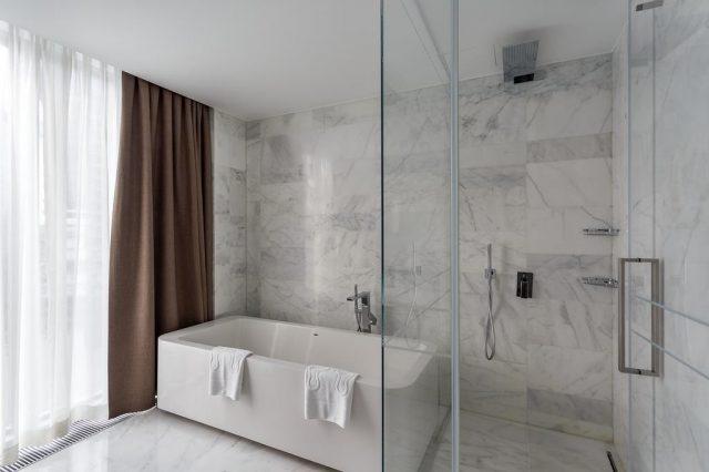ванна у окна в пол в отеле Москвы