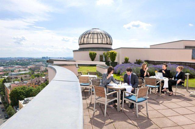 шикарный вид с террасы отеля на Прагу