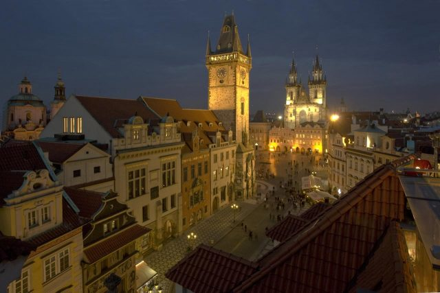 красивый вид на ночную Прагу из отеля Rott