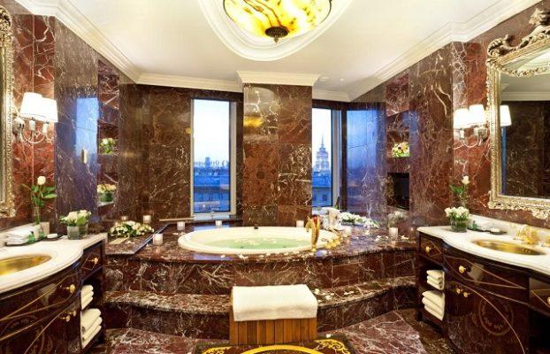 большая круглая гидромассажная ванна — джакузи у окна