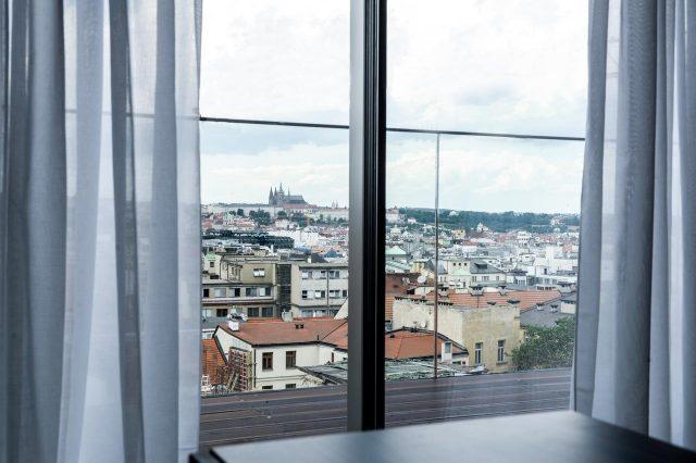 красивый вид на Прагу из номера отеля