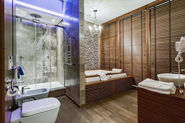 большая гидромассажная ванна джакузи у окна на двоих