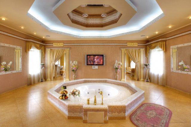 бассейн джакузи в номере для новобрачных в гостинице Москвы