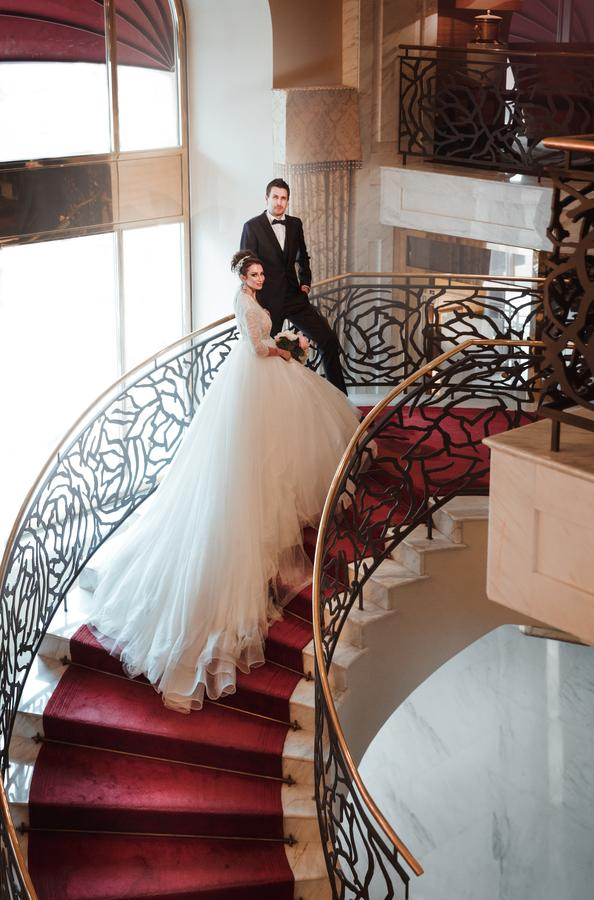 великолепная свадьба в шикарном отеле Балчуг Кемпински в номерах для новобрачных