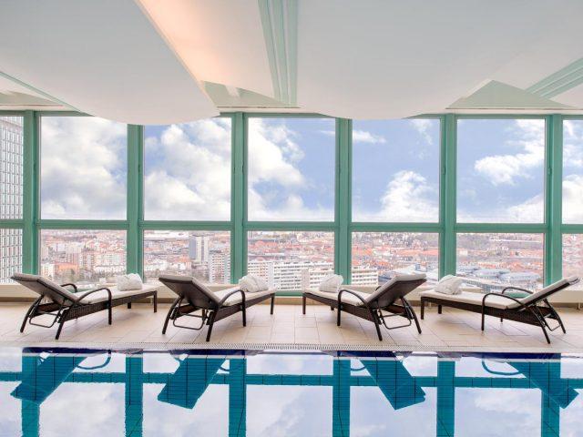 красивый вид из бассейна отеля Panorama Prague на Прагу