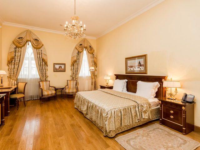 шикарный номер для новобрачных в Петровском Путевом дворце в Москве