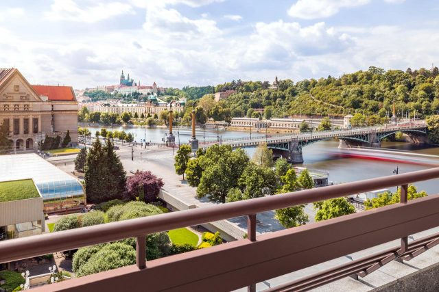 красивый вид на город и достопримечательности из отеля в Праге