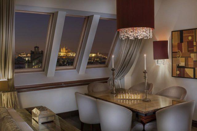 красивый вид на достопримечательности Праги из отеля Radisson Blu Alcron