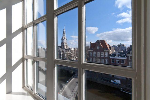 красивый вид из окна отеля на достопримечательности Амстердама