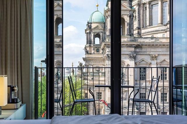 красивый вид из окна отеля на Берлинский кафедральный собор