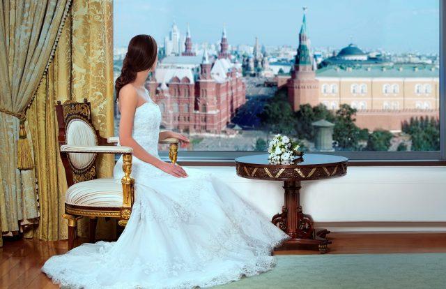 шикарный вид из номера для новобрачных на Кремль в Москве