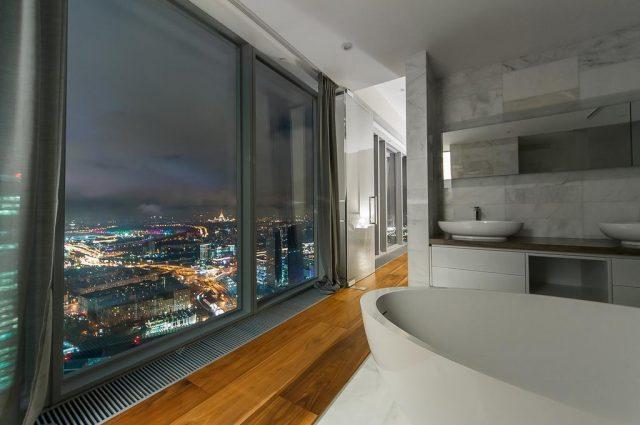 ванна у окна в пол в Москве с красивым видом на город