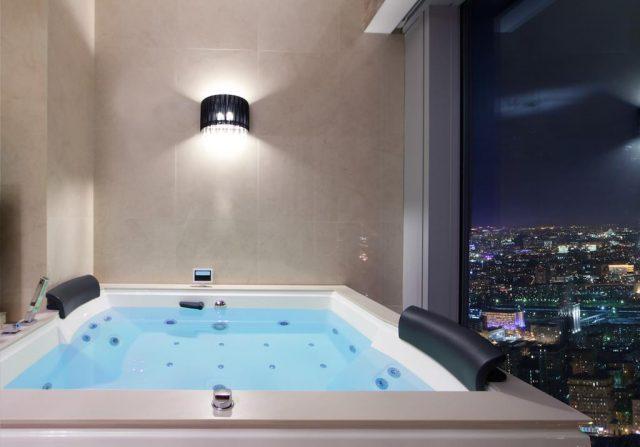 шикарный вид из ванной с окнами в пол на Москву