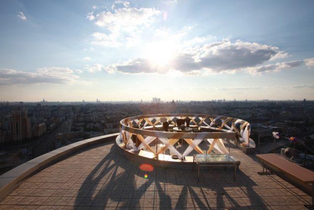 шикарный панорамный вид на Москву для новобрачных с высоты небоскреба