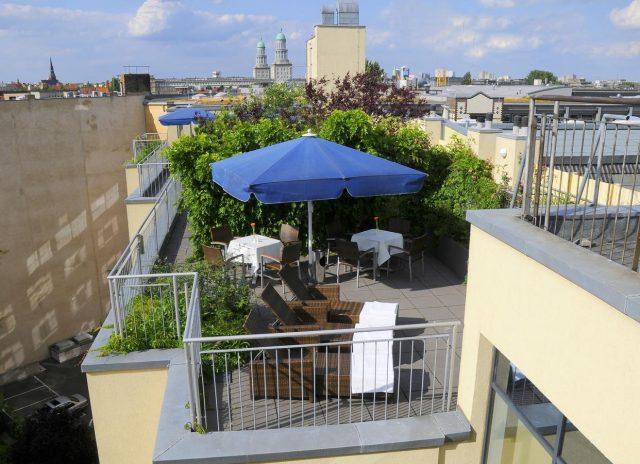 красивый вид с террасы отеля в Берлине на город
