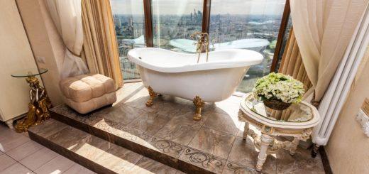 ванная у окна в пол