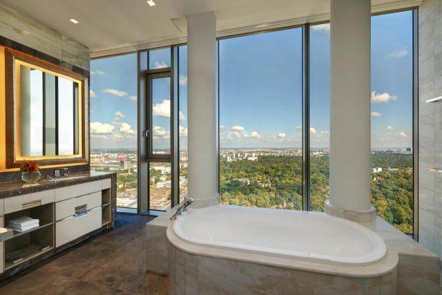 шикарный панорамный вид из ванной в отеле на Берлин
