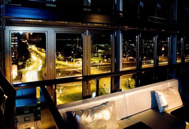 шикарный вид из отеля на ночной Амстердам