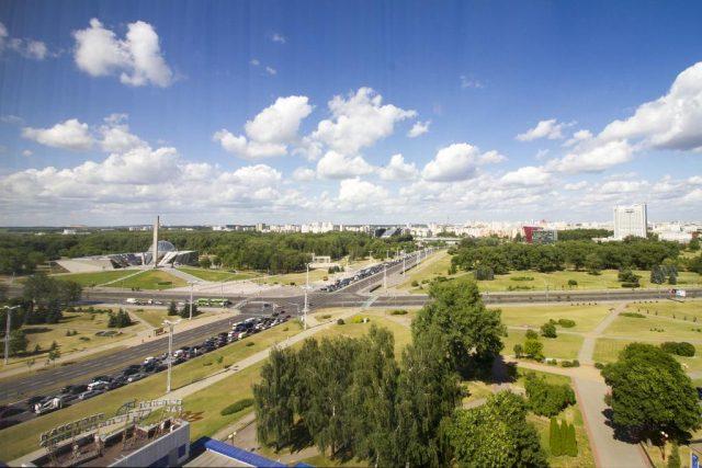 красивый вид на Минск и парковую зону из гостиницы Планета