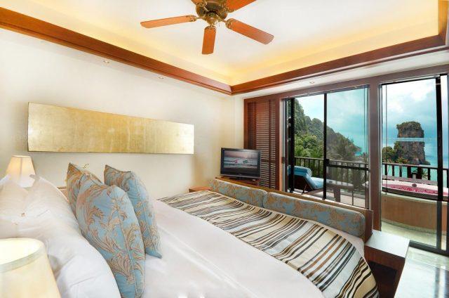 отели Краби с балконом и окном во всю стену с красивым видом на море и тропический сад
