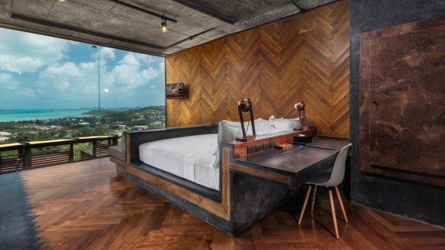 красивый вид через окно во всю стену на море и тропический лес Самуи