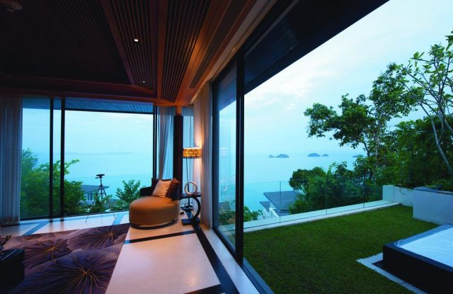 красивый вид на море через панорамное окно в отеле на Самуи