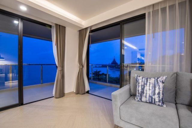 Трасса панорамные окна отеля с красивым видом на море