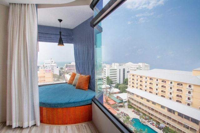 отель в Паттайе с панорамными окнами и кроватью у окна
