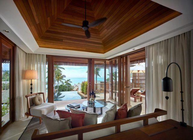 красивый вид на море через панорамные окна в отеле на Самуи