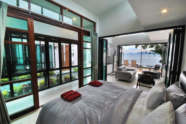 красивый вид на море через окно во всю стену в отеле на Самуи