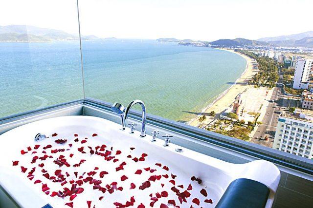 Нячанг отели с ванной у окна и видом на море
