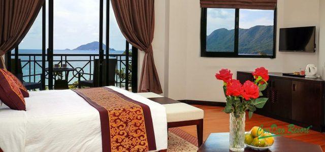 красивый вид на море из номера отеля на острове Кондао