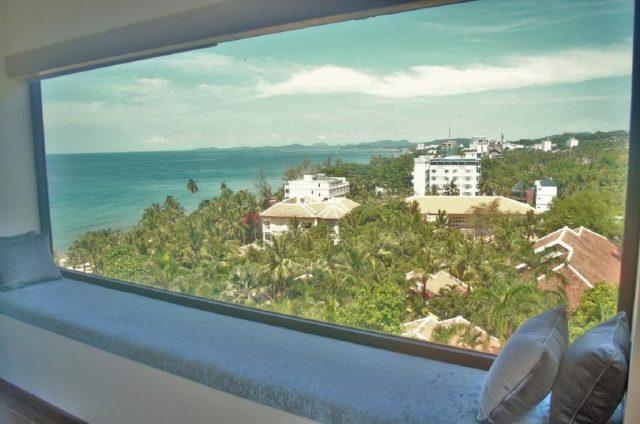красивый вид из окна отеля на Фукуоке на море и окрестности