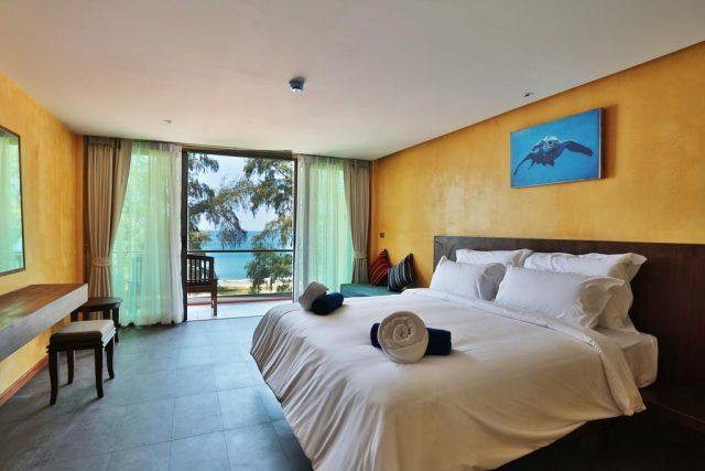 красивый вид на море из номера с балконом в отеле на острове Пхукет