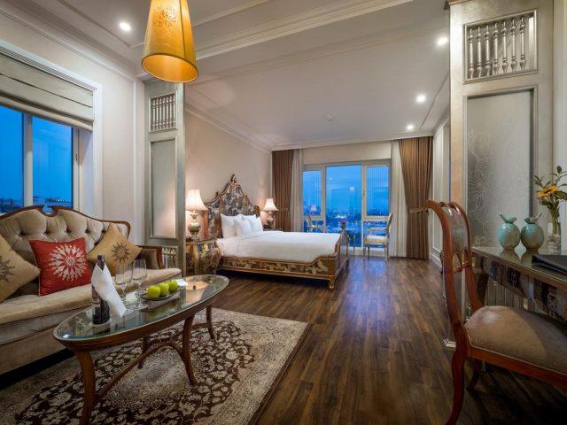 просторный номер в отеле Ханоя с красивым видом на город через большие окна в пол