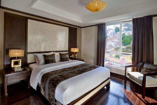 красивый вид на Ханой через большое окно в отеле