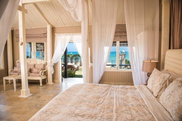 красивый вид на море и пляж из номера отеля в Фантхьете