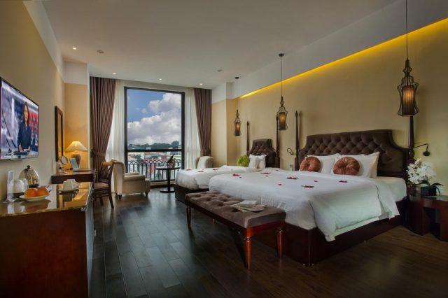 красивый вид из большого окна в номере отеля на Ханой