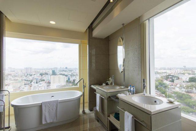 ванная у окна с панорамным видом на Хошемин