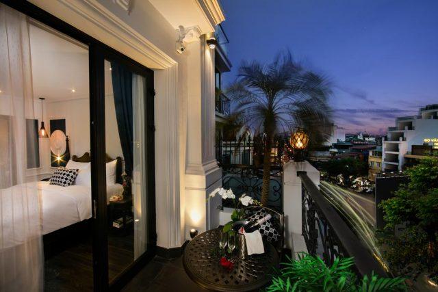 номер с балконом в отеле Ханоя с прекрасным видом на город