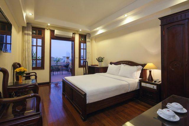 красивый вид на город из номера с балконом в отеле Ханоя