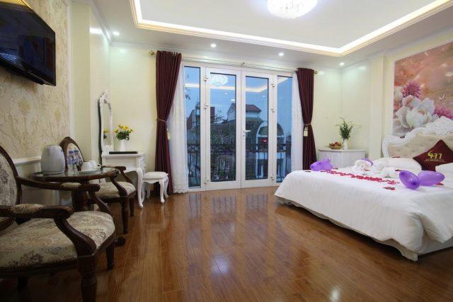 отель в Ханое с красивым видом на город через большие французские окна