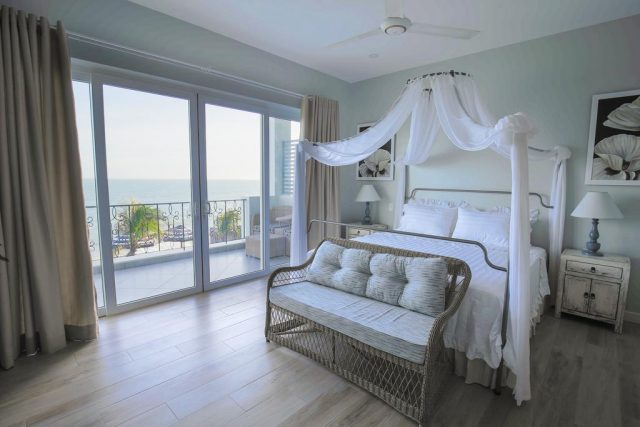 красивый вид на море через огромное окно в отеле Муйне